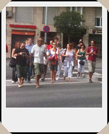 Gruppe überquert die Strasse